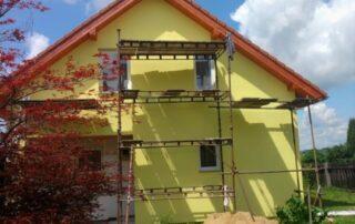 žlutý nátěr fasády rodinného domu