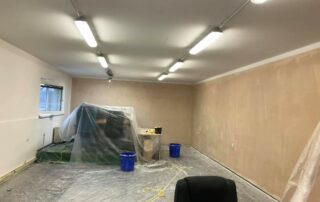 vymalování kancelářských prostor, zakrytíí nábytku malířskou plachtou