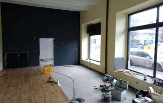 Tmavě šedá a žlutá výmalba obchodních prostor provozovny v Hradci Králové