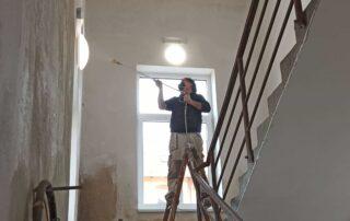 výmalba prostoru schodiště v bytovém domě